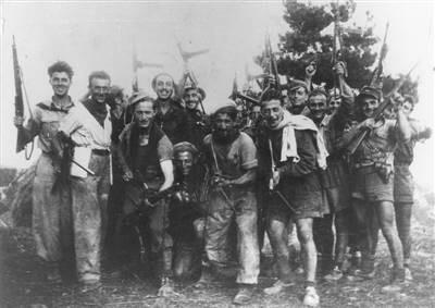 36a Brigata Garibaldi Bianconcini. Partigiani della compagnia di Kachi, in località Canovaccia, Appennino bolognese, dopo il combattimento di Monte Pianaccino, avvenuto il 9 settembre 1944. In prima fila, con la sciarpa, Nino Bordini. Fondo Arbizzani-Istituto Parri.