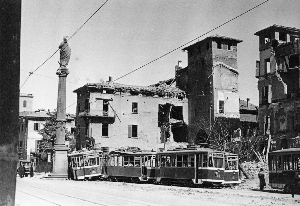Distruzioni a Bologna causate da bombardamenti a Piazza S. Francesco.