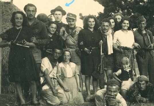 """Foto della squadra GAP a cui apparteneva """"Tigre"""" indicato dalla freccia."""