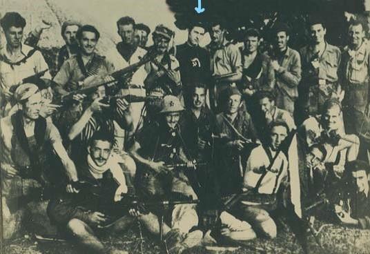 """Foto parziale dei partigiani della 36° Brigata Garibaldi-Bianconcini. """"Tigre"""" è indicato con la freccia."""