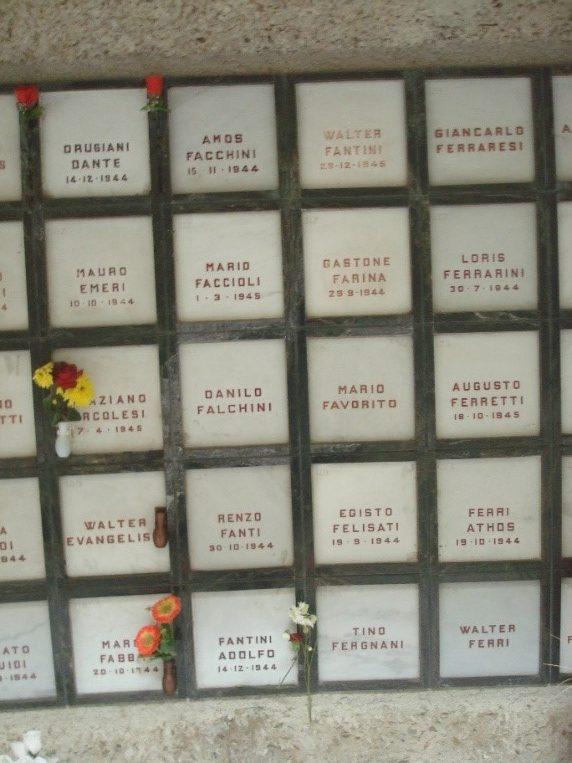 La tomba di Ferraresi Giancarlo al Monumento Ossario della Certosa, la prima in alto a destra.