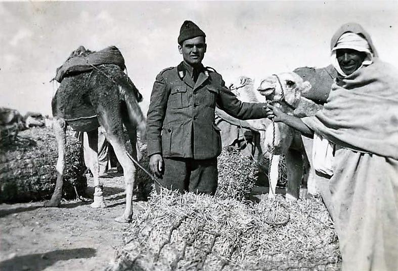 Monaldo Calari in Libia, fotografato assieme ad un beduino nel 1936.https://www.storiaememoriadibologna.it/