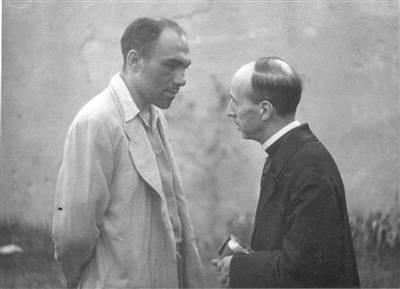 Tartarotti riceve assistenza spirituale prima dell'esecuzione. Fondo Arbizzani-Istituto Parri.