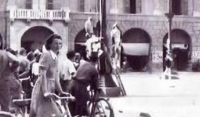 Corbari e compagni appesi ai lampioni in piazza Saffi a Forlì.https://www.globalist.it/news/2019/05/04/sui-lampioni-di-piazza-saffi-i-fascisti-impiccarono-i-partigiani-salvini-dal-balcone-uno-sfregio-a-forli-2040951.html