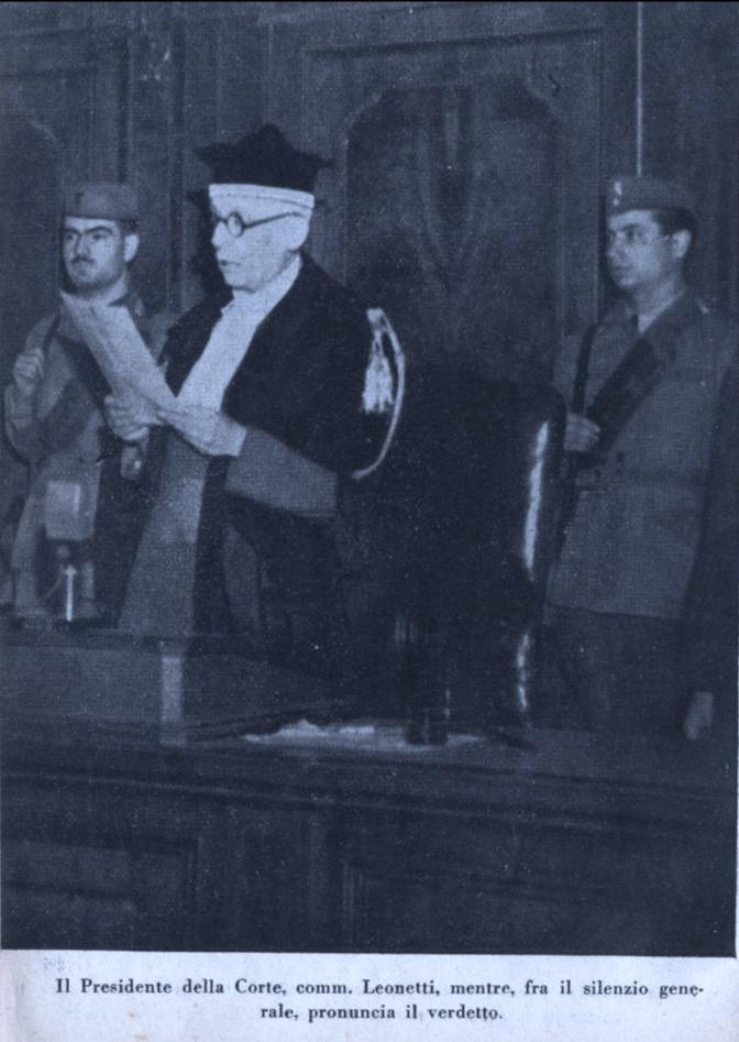 Il Presidente della Corte, comm. Leonetti, mentre pronuncia il verdetto.