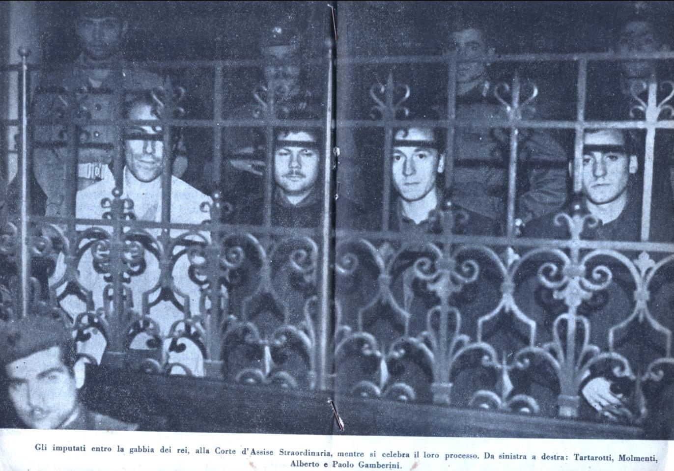 Durante il processo, nella gabbia degli imputati, alla Corte d'Assise Straordinaria di Bologna, da sinistra a Destra, Tartarotti, Molmenti, Alberto e Paolo Gamberini.