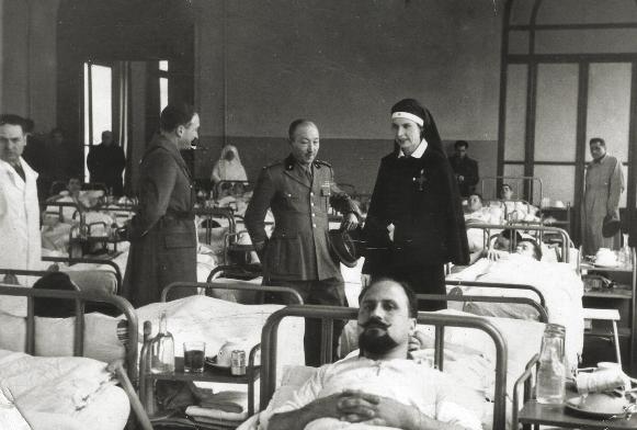 Imola, 8 marzo 1941, il primario Francesco D'Agostino a colloquio con la principessa Maria Josè del Belgio nell'ospedale militare allestito alle scuole Carducci (Archivio Cidra )www.cidra.it