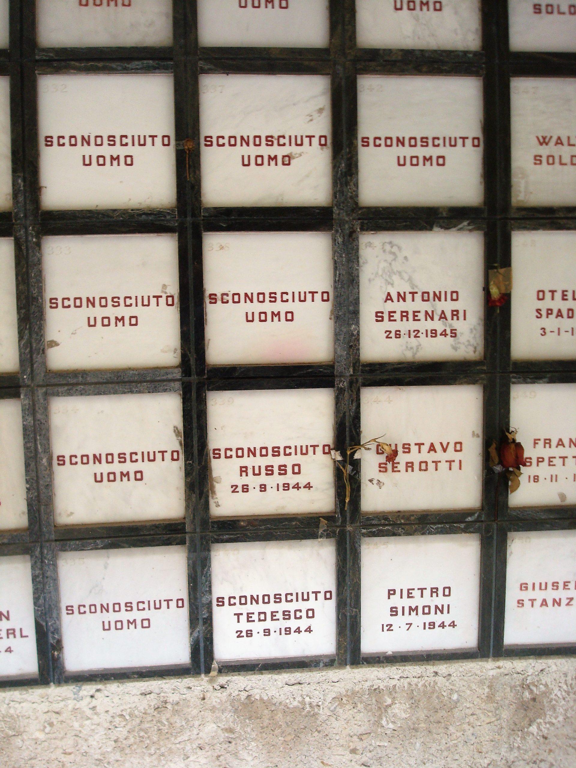 """Tomba di """"Sconosciuto russo"""", che riporta la data del 26-9-1944 al Monumento Ossario dei Caduti della Resistenza alla Certosa di Bologna. Da notare che sotto, con la stessa data, risulta caduto, probabilmente fucilato insieme a lui anche uno """"Sconosciuto tedesco""""."""