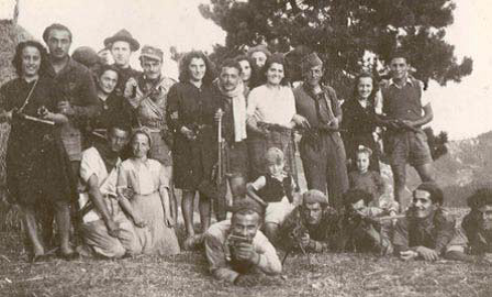 Nino Bordini, con la sciarpa bianca tra i compagni della 36ª Brigata.