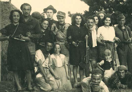 Teodosio Toni col cappellone nero e Nino con la sciarpa bianca al collo coi compagni della 36ª Garibaldi.