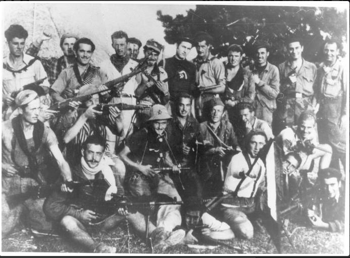 Un gruppo di partigiani della 36ª Brigata Bianconcini Garibaldi. Teodosio Toni è il sesto da destra, della fila in piedi, con il maglione scuro e la falce e martello chiari sul petto. Nino Bordini, seduto in basso con la sciarpa bianca, è il secondo da sinistra.