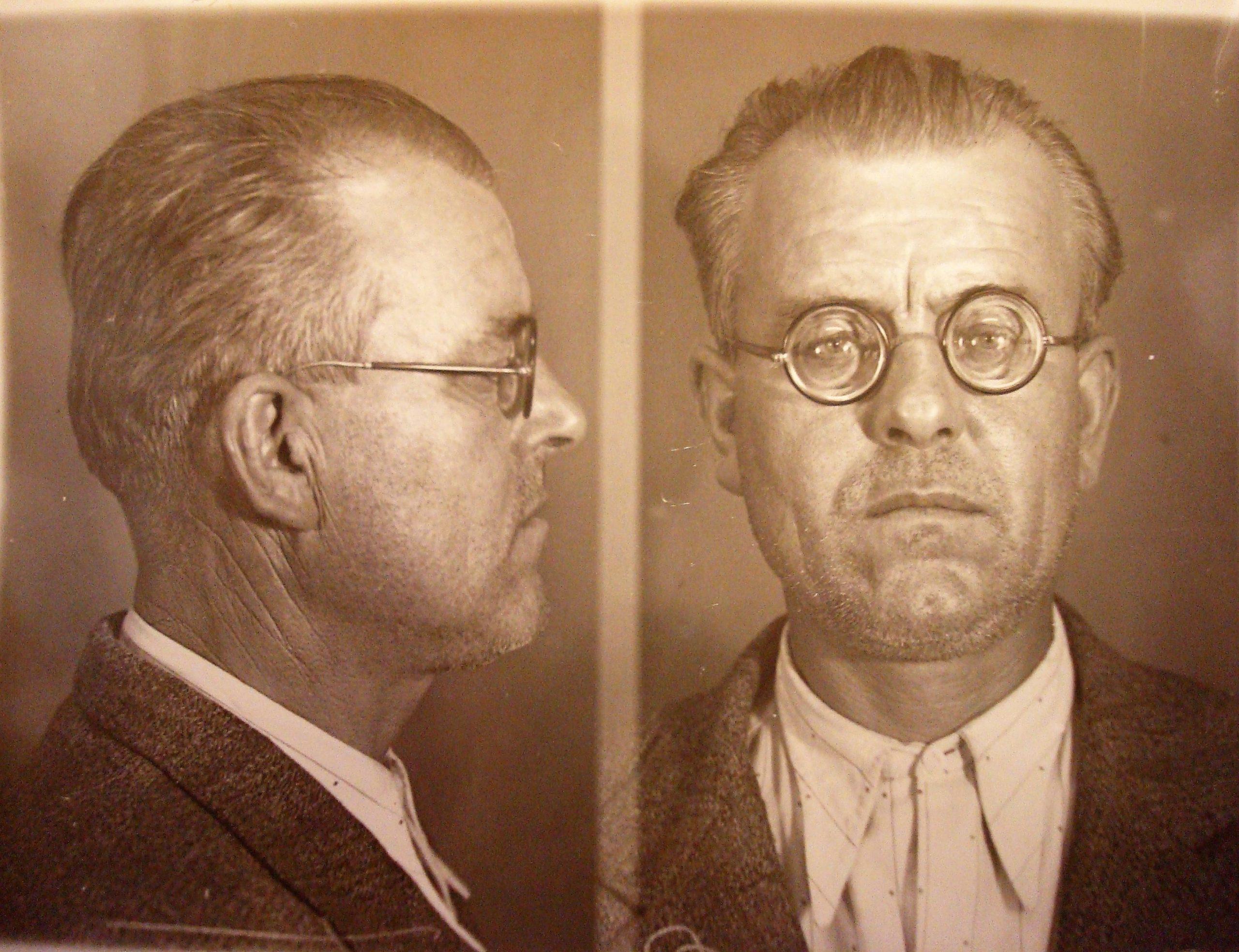 Foto di Agostino Pietrobuoni nel suo fascicolo della Questura di Bologna. Archivio di Stato di Bologna.